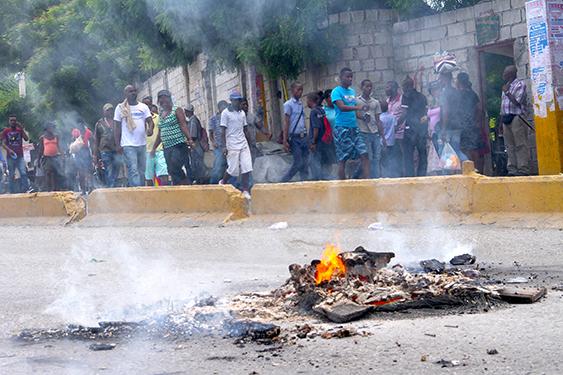 Ha ti politique violente manifestation dans les rues de port au prince contre le budget 2017 2018 - Manifestation a port au prince aujourd hui ...
